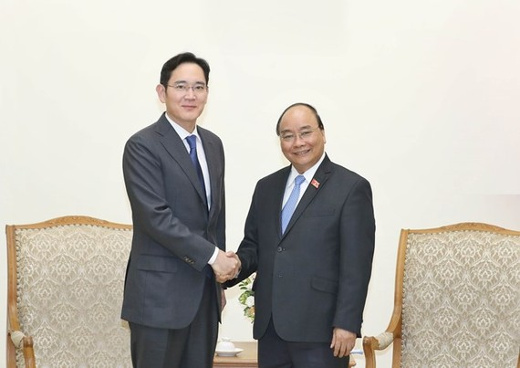 Prime Minister Nguyen Xuan Phuc (R) receives Vice Chairman of Samsung Group Lee Jae-yong in Hanoi on October 30 (Photo: VNA)