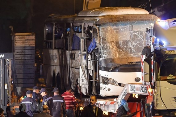 Relevant forces investigate the bomb attack on a bus carrying Vietnamese tourists in Giza on December 28 (local time) (Photo: AFP/VNA)