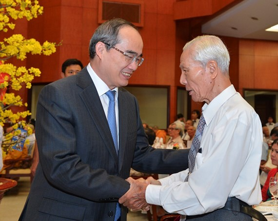 HCMC Party Chief Nguyen Thien Nhan shakes hands with an elderly delegate at the meeting (Photo: SGGP)
