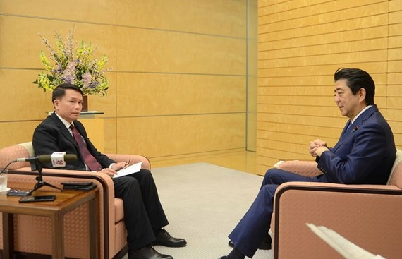 Japanese Prime Minister Shinzo Abe (R) grants an exclusive interview to General Director of the Vietnam News Agency (VNA) Nguyen Duc Loi who is paying a working visit to Japan (Photo: VNA)