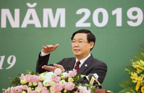 Deputy Prime Minister Vuong Dinh Hue speaks at the meeting of the State Securities Commission of Vietnam in Hanoi on February 22 (Photo: VGP)