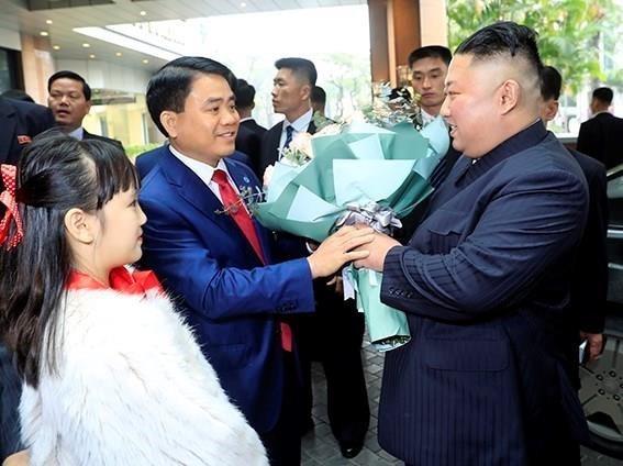 Chairman of the Hanoi People's Committee Nguyen Duc Chung (L) welcomes DPRK Chairman Kim Jong-un at Melia Hanoi Hotel (Photo: VNA)