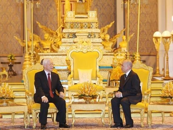Party General Secretary and President Nguyen Phu Trong (L) and Cambodian King Norodom Sihamoni (Photo: VNA)