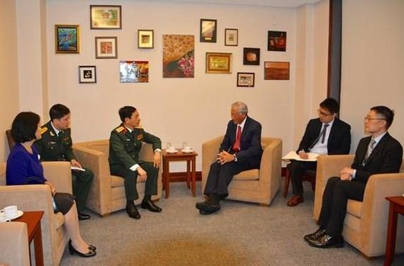 Sen. Lt. Gen. Phan Van Giang (L) and Singaporean Defence Minister Ng Eng Hen (Source: qdnd.vn)