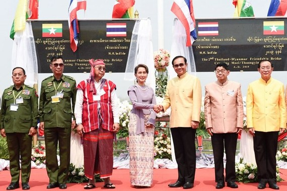 Prime Minister Prayut Chan-o-cha, third from right, shakes hands with Myanmar State Counsellor Aung San Suu Kyi, centre, during the opening ceremony of the second Thailand-Myanmar Friendship Bridge. (Source:  nationmultimedia.com)