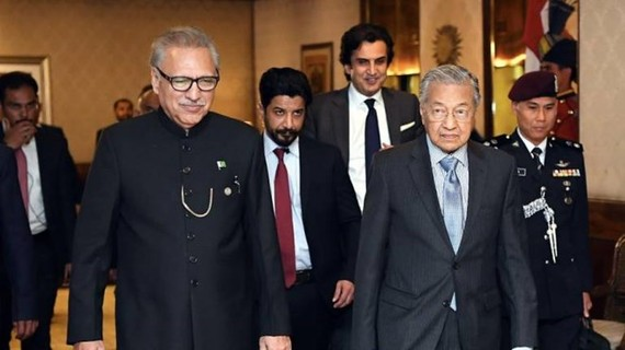 Prime Minister Tun Dr Mahathir Mohamad walks with Pakistan President Dr Arif Alivi (L) during a courtesy call at the President's House on March 23, 2019. (Photo: Bernama)