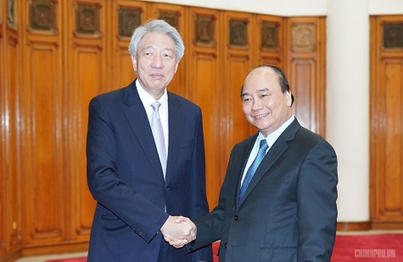 Prime Minister Nguyen Xuan Phuc (R) and Singaporean Deputy Prime Minister Teo Chee Hean (Source: VGP)