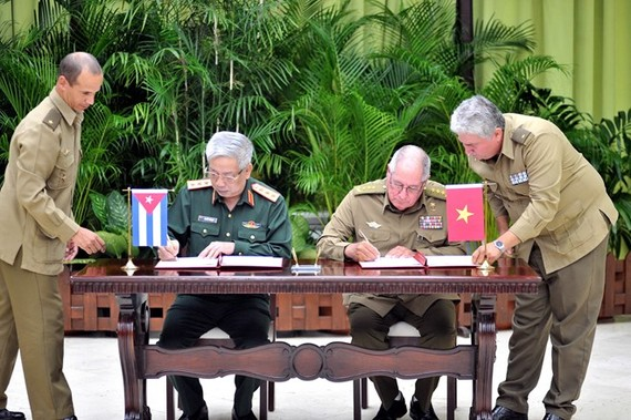 Deputy Minister of Defence Sen. Lt. Gen. Nguyen Chi Vinh and Minister of Revolutionary Armed Forces Sen. Lt. Gen. Leopoldo Cintra Frias sign minutes on implementing a dossier on the 60-year history of Vietnam-Cuba 60-year defence partnership (Photo: VNA)