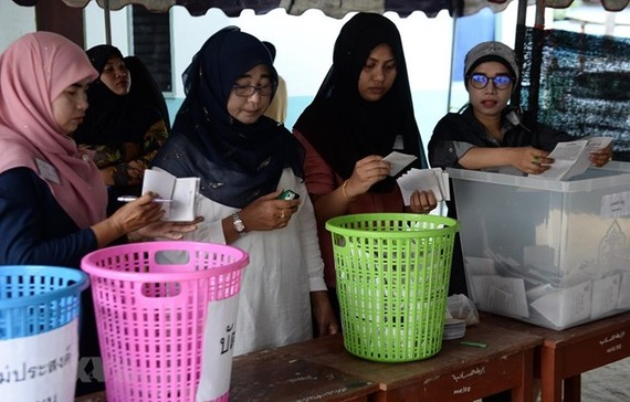 Checking votes at a polling station in Narathiwat, Thailand (Photo: AFP / VNA)