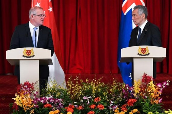 Singapore's Prime Minister Lee Hsien Loong (R) and visiting Australian Prime Minister Scott Morrison at a press conference on June 7 (Photo: AFP/VNA)
