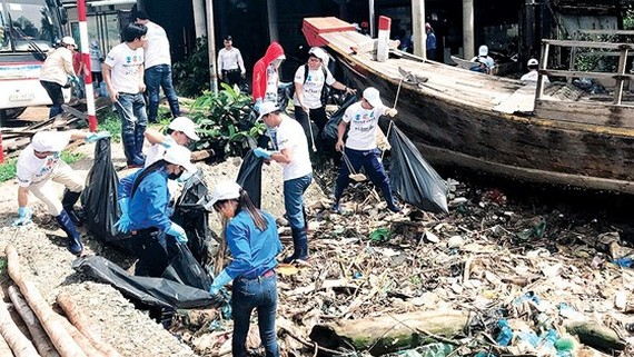 Plastic waste collection in Tan Tap beach, Long An province (Photo: SGGP)