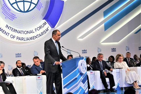 """Russian Foreign Minister Sergei Lavrov addresses the second international forum on the """"Development of Parliamentarism"""" in Moscow on July 1 (Photo: VNA)"""