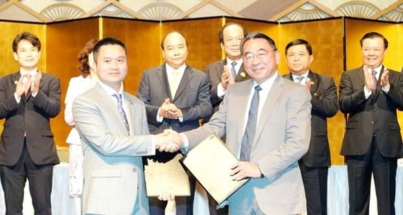 Chairman of Petrolimex Pham Van Thanh (L) and CEO of JCCP at the signing ceremony (Source: VNA)