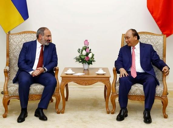 Prime Minister Nguyen Xuan Phuc (R) and his Armenian counterpart Nikol Pashinyan (Photo: VNA)