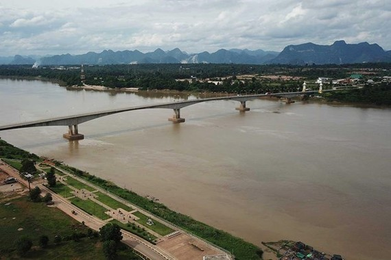 The water level in the Mekong river falls to the lowest level in 10 years. (Photo: bangkokpost.com)