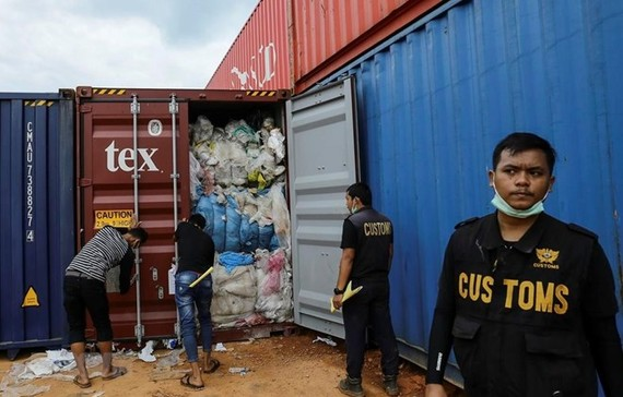 Customs officers have uncovered imports of scrap mixed with other waste such as rubber and diapers. (Photo: AFP/VNA)