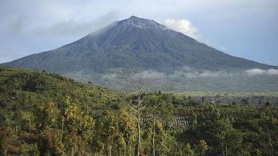 Indonesian authorities issued a flight warning as Mount Kerinci volcano on Sumatra Island erupted, spewing a column of ash up to 0.8 km into the air. (Source: cnnindonesia.com)