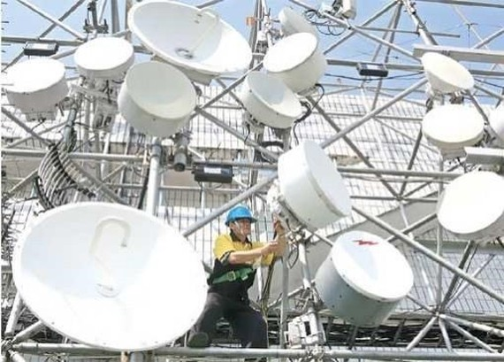 A technician carries out maintenance work at one of Indosat Ooredoo's base transceiver stations (BTS) in Jakarta. (Source: Jakarta Post)