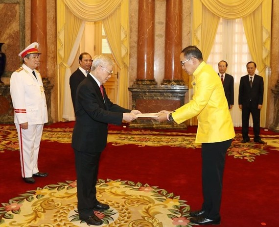 Party General Secretary and State President Nguyen Phu Trong (L) receives the credentials of Thai Ambassador Tanee Sangrat on August 7 (Photo: VNA)