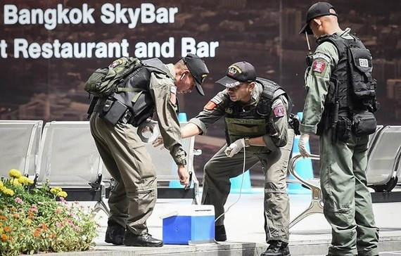 Bomb disposal officers deployed at a bombing attack in Bangkok on August 2 (Source: AFP/VNA)
