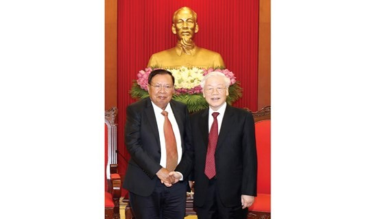 Party General Secretary and President Nguyen Phu Trong (R) and his Lao counterpart Bounnhang Volachith (Photo: VNA)