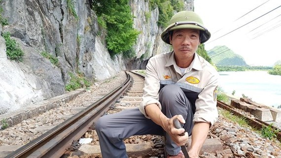 A track worker on Lang Son mountain (Photo: SGGP)