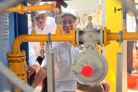 Upstream Oil and Gas Regulatory Special Task Force (SKKMigas) head Dwi Soetjipto turns a handle on a gas pipe at a gas network installation in Gunung Sari Ulu subdistrict, Balikpapan, East Kalimantan, while Balikpapan Mayor Rizal Effendi helps him. (Sourc