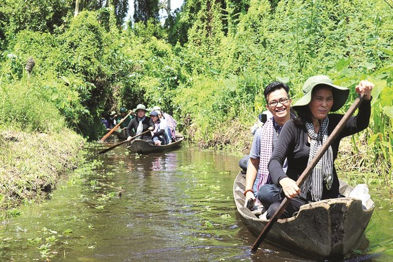 Tourists travel by boat in the Mekong Delta (Photo: SGGP)