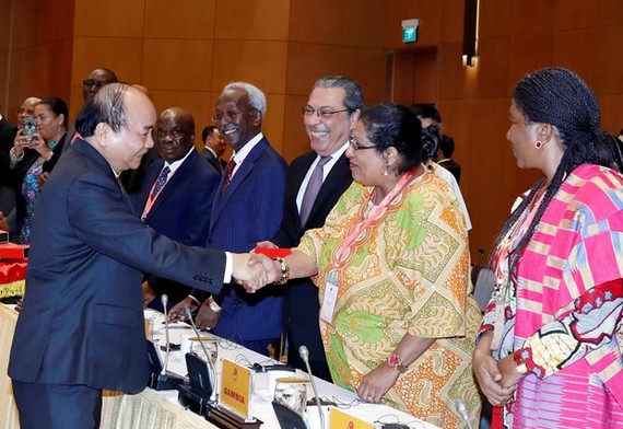 Prime Minister Nguyen Xuan Phuc (L) meets with ambassadors of Middle East and African countries (Photo: VNA)