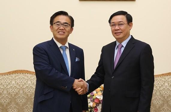 Deputy Prime Minister Vuong Dinh Hue (R) receives Governor of Japan's Aichi prefecture Omura Hideaki in Hanoi on September 12 (Photo: Vietnam Government Portal)
