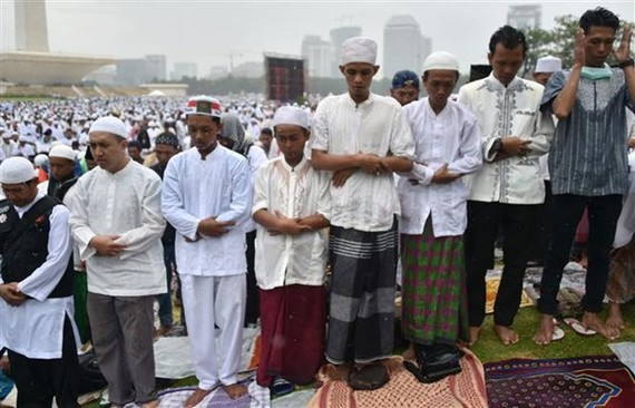 People in Indonesia pray for rain (Photo: AFP/VNA)