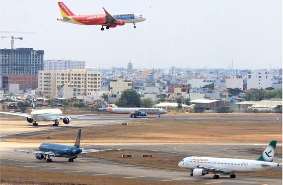 Planes at Tan Son Nhat Airport waiting to take off (Photo: SGGP)