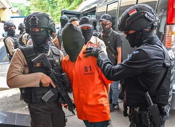 Indonesian police arrest terror suspects with links with IS (Photo: AFP/VNA)