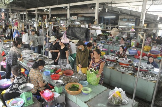 Busy tradings at Nguyen Van Troi traditional market. (Photo: SGGP)