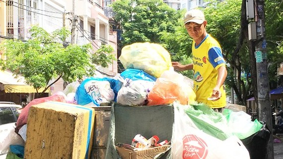 Most waste collection wagons are old makeshift frames on wheels. (Photo: SGGP)