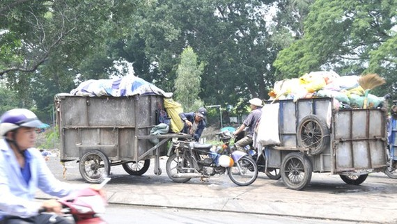 Makeshift collectors' wagons are causing serious urban pollution. (Photo: SGGP)