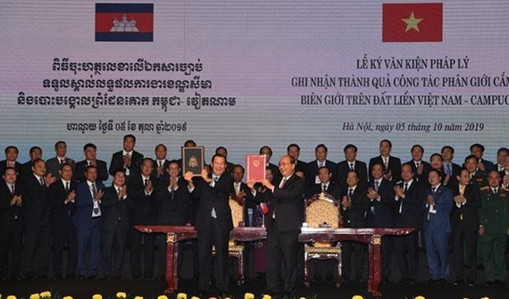 Prime Minister Hun Sen and his Vietnamese counterpart Nguyen Xuan Phuc display the agreement reached (Source: https://www.khmertimeskh.com)