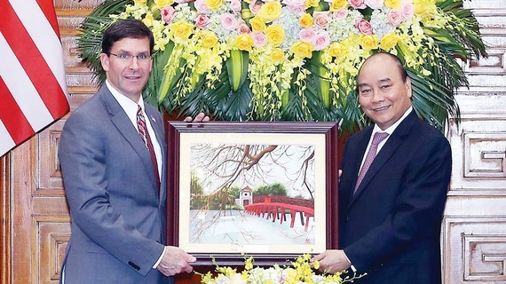 Prime Minister Nguyen Xuan Phuc (R) and US Secretary of Defence Mark Esper (Photo: VNA)