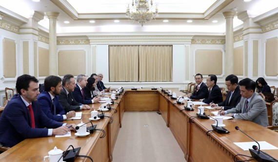 The working session between Vice Chairman of the HCM City People's Committee Le Thanh Liem and Czech Minister for the Environment Richard Brabec on November 21 (Photo: VNA)