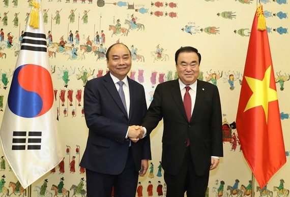 Prime Minister Nguyen Xuan Phuc (L) meets with Speaker of the Republic of Korea's National Assembly Moon Hee-sang on November 28 (Photo: VNA)