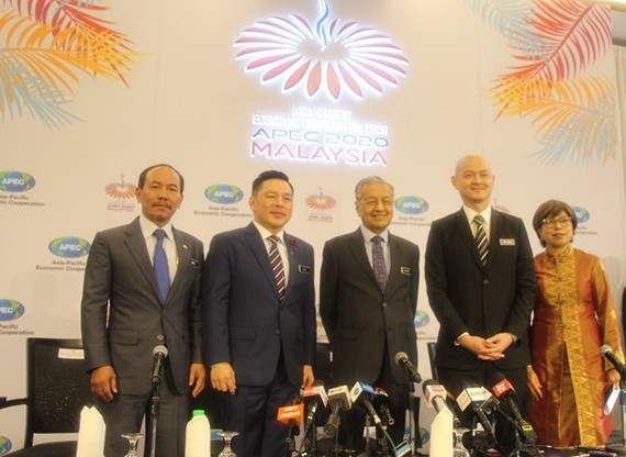 Malaysian Prime Minister Mahathir Mohamad (centre) and officials at a press conference on APEC 2020 (Photo: VNA)