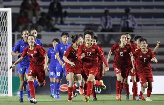 Vietnamese female footballers celebrate the goal to Thailand's net. (Photo: VNA)