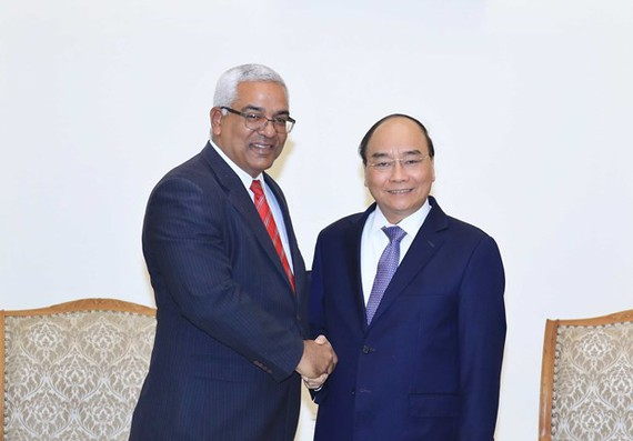 Prime Minister Nguyen Xuan Phuc (R) and Cuban Minister of Justice Oscar Manuel Silveira Martínez (Photo: VNA)