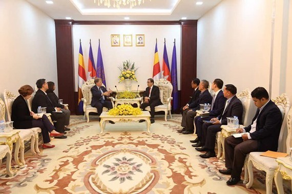 At the meeting between US Ambassador to Cambodia W. Patrick Murphy and Minister of Agriculture Veng Sakhon  (Photo: freshnewsasia.com)