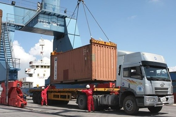 A container is loaded at a PetroVietnam Technical Services Corporation port (Photo: VNA)