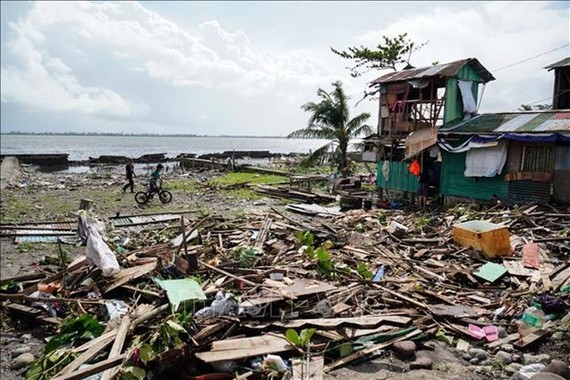 Houses are damaged as typhoon Phanfone made landfall in Leyte province, the Philippines, on December 25 (Photo: AFP/VNA)