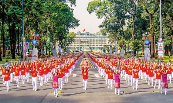 Doing exercise in front of Independence Palace, HCMC (Photo: Kieu Anh Dung)