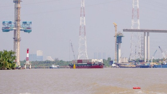 Work started on Ben Luc-Long Thanh expressway spanning over Soai Rap river in HCMC, it is expected to open a new trade direction between the Mekong Delta and the Southeastern region (Photo: SGGP)