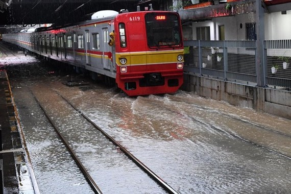 Railway tracks at Sudirman Station in Menteng, Central Jakarta are inundated by water on January 1 (Photo: Antara)