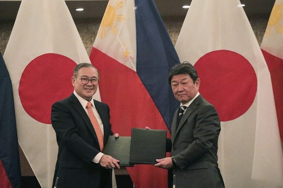 Philippine Foreign Affairs Secretary Teodoro Locsin (L) exchanges notes with his Japanese counterpart Toshimitsu Motegi after their bilateral meeting in Manila, the Philippines, on January 9, 2020. (Photo: AP)